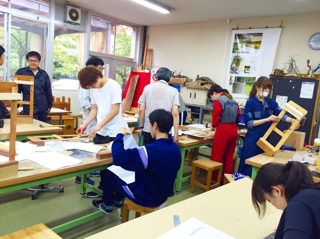 木工室で作業中〜