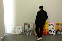 どう展示するかを考える伊藤先生。